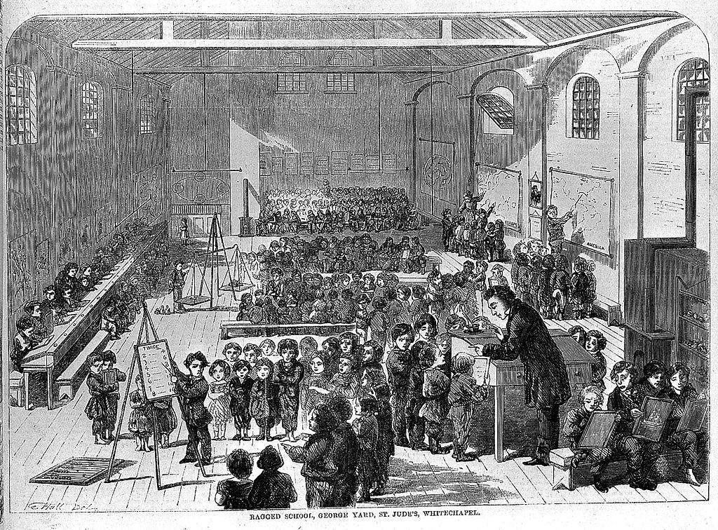 בית הספר לילדי העניים שהעניק חינוך חינם בלונדון עקב ההחלטה להעינק חינוך חובה לכלל ילדי העיר, האימפריה הבריטית הבינה שהיא צריכה לשפר את התדמית של עיר הבירה שלה ולדאוג שתושביה יהיו משכילים, (צילום: Ragged School, Whitechapel, 19thC, Wikimedia)