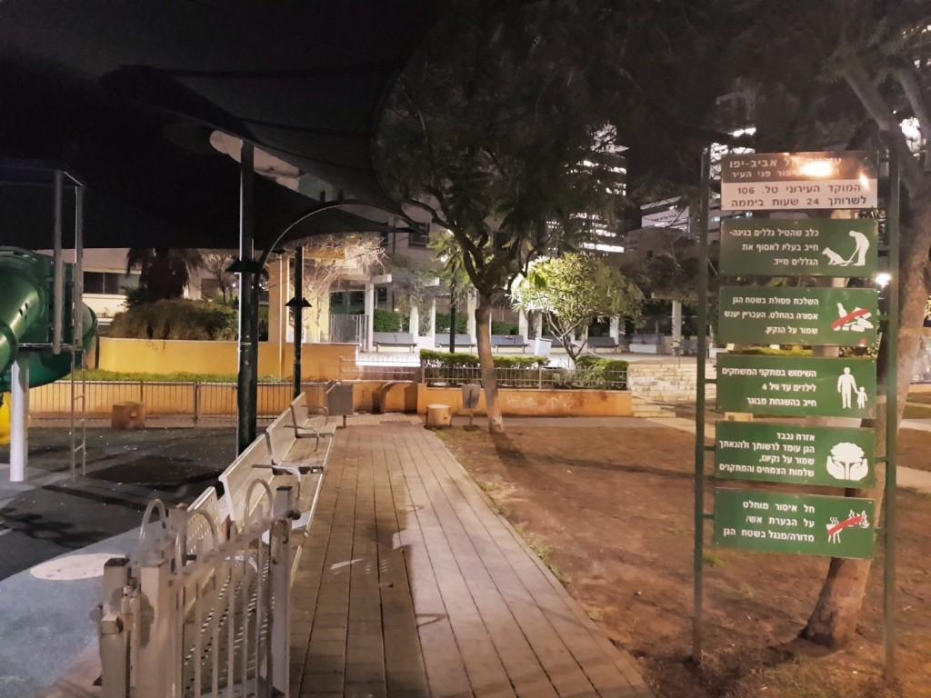 השלטונות והמשטרה מפאת החשש מאלימותמגיבים בתקנות, במגבלות ומעקב, תוך שינוי יסודי של תפקיד הפארקים כמרחבים שניתן להתנהל בהם בחופשיות, גן השרון במתחם החשמל בתל אביב לאחר חידוש הגן (צילום: המעבדה לעיצוב עירוני)