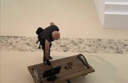 הדס עפרת במיצג בתערוכה קו לקו במוזיאון הרצליה