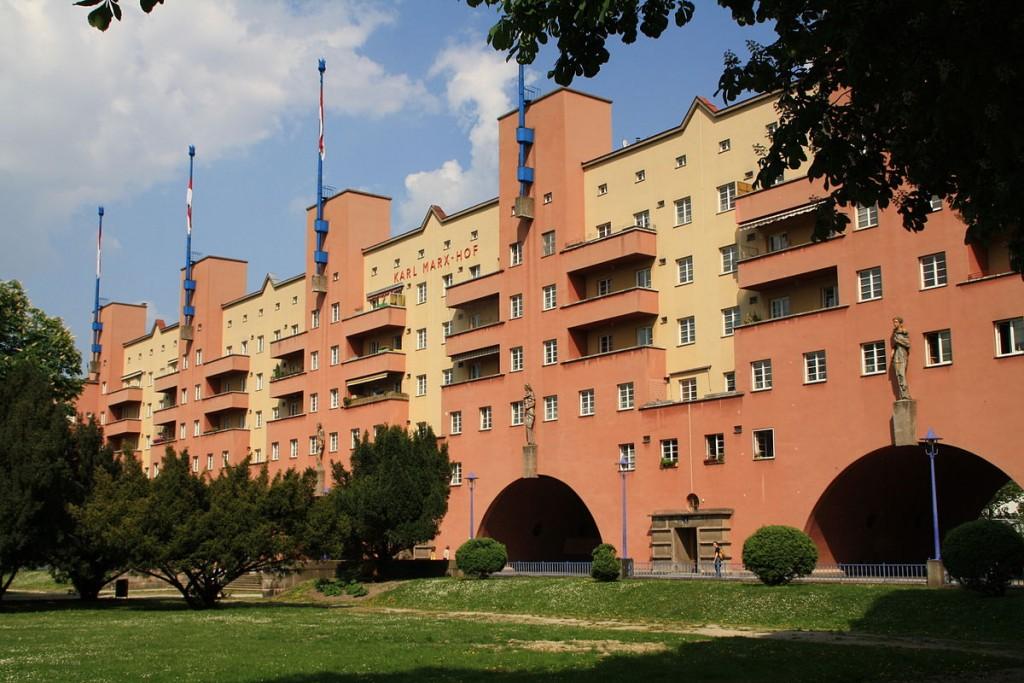 בניין קארל מרקס הוף הוא בניין של דיור ציבורי, הוא נחשב למבנה המגורים הארוך ביותר (צילום: Dreizung, Wikimedia)