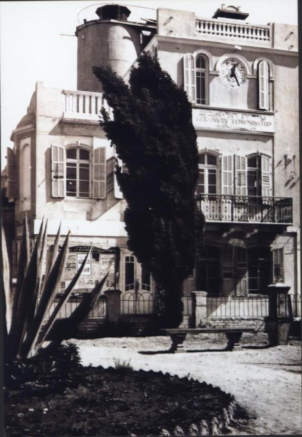 בניין העירייה הראשון, בית הועד של אחוזת בית, מוקם בקצהו של הציר השני של השכונה (מאת ישראל נגלית לעין, שימוש חופשי, Wikimedia)
