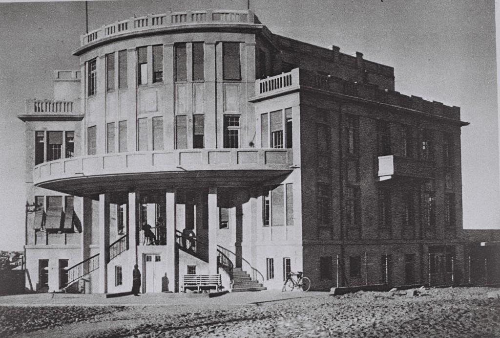 בן גוריון ופולה חולפים לפני בניין העירייה, 1951 ( צילום: PINN HANS, ארכיון לעם)