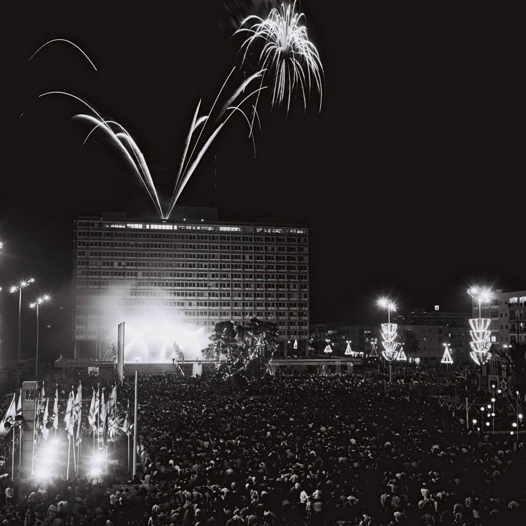 זיקוקי דינור מעל בניין העייריה בערב יום העצמאות 1969 (צילום: אוסף התצלומים הלאומי, Cohen Fritz)