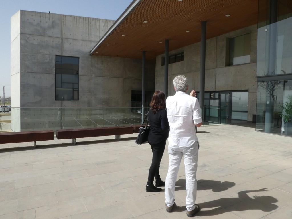 """סיור בבניין זוכה פרס רכטר, מתוך ההקלטות לפודקסט החדש """"חמישה בניינים"""" על מבני ציבור (צילום: המעבדה לעיצוב עירוני)"""
