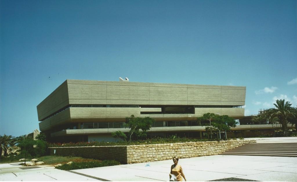 """""""הספרייה ריכזה את כל הידע של הקמפוס ולא היו אז ספריות של הפקולטות, הכל היה בתוך הספרייה המרכזית. גם התייחסנו אליה כמו אל אסם של ידע - סגור כלפי חוץ ופתוח כלפי פנים"""" (מתוך קטלוג התערוכה)"""