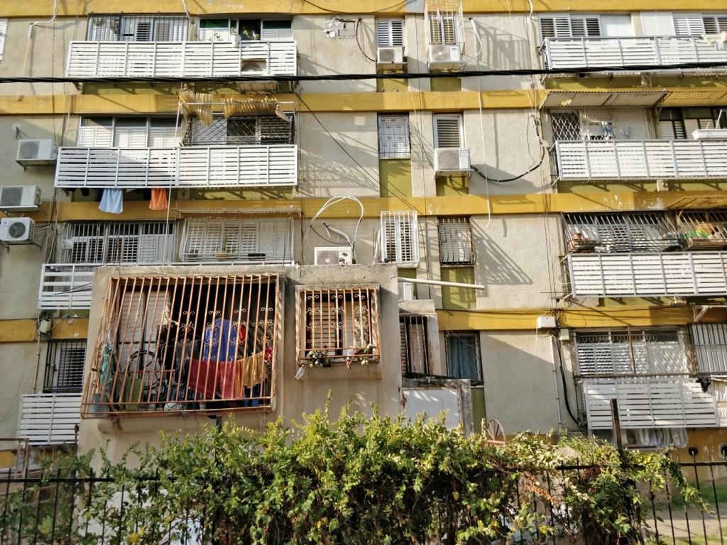 תכניות אלה שנועדו כביכול להיטיב עם המעמד הנמוך לרוב משמשים את הרשויות המקומיות לשינוי הנוף העירוני על ידי שינוי פיזי הכולל מחיקה של המגורים של אנשים בעוני (צילום: המעבדה לעיצוב עירוני)