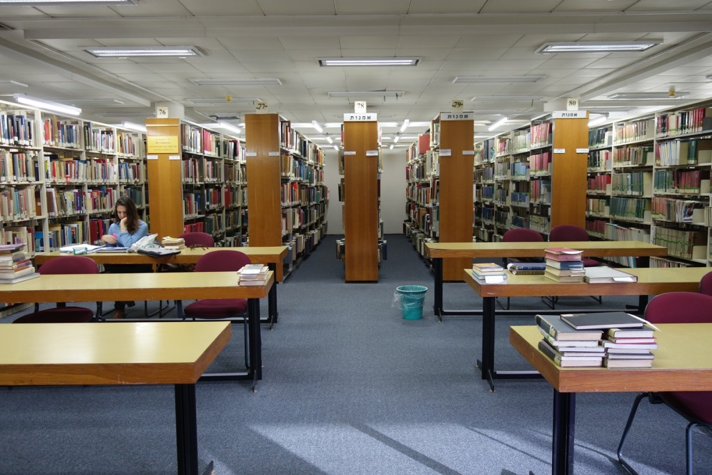 """אולמות העיון וחדרי חוקרים 1973, (צילום: יעקב סער לע""""מ)"""
