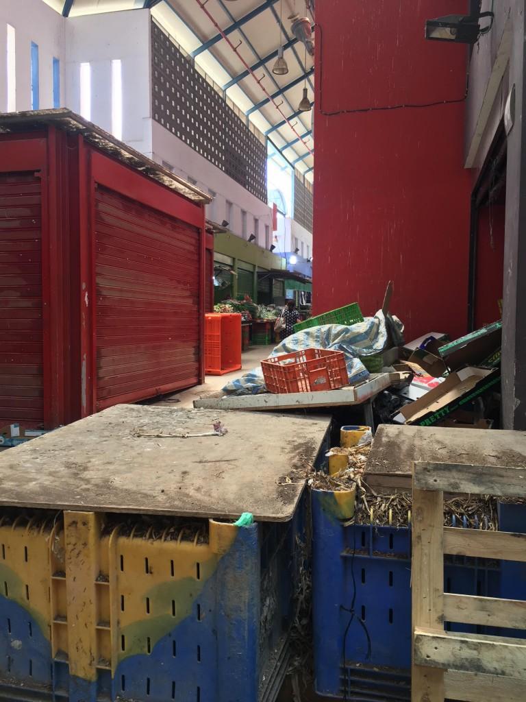 הסוחרים ביקרו את התכנון הפנימי הצפוף, כיום, הקומה השנייה כמעט נטושה ורוב המרחב הפנימי של השוק כבר הושמש למחסנים (צילום: גילי ענבר)