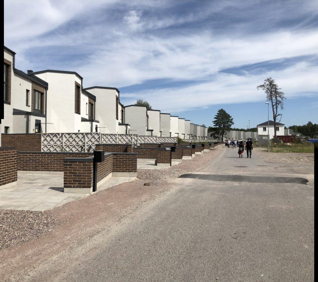 התוצר, שמיועד למעמד הביניים הנמוך, הוא רחובות שוממים עם בנייה דו קומתית, טורית (צילום: טלי חתוקה)