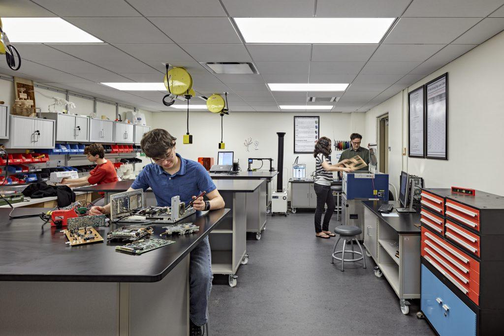 בשל המחסור בחינוך טכנולוגי מקצועי קיימת מצוקת עובדים המורגשת במגוון מקצועות כולל הנדה, טכנאים ועובדי מעבדות. (צילום: VCU Libraries- flickr)