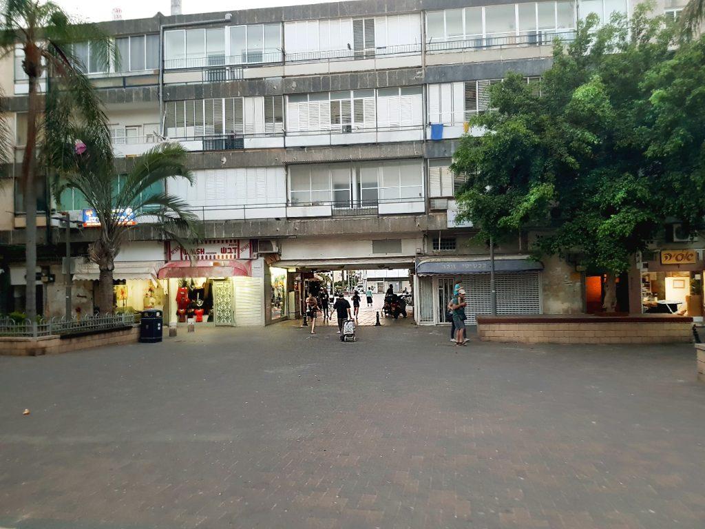 החיבור בין הכיכר לרחובות מסביב (צילום: ויקי וקס)