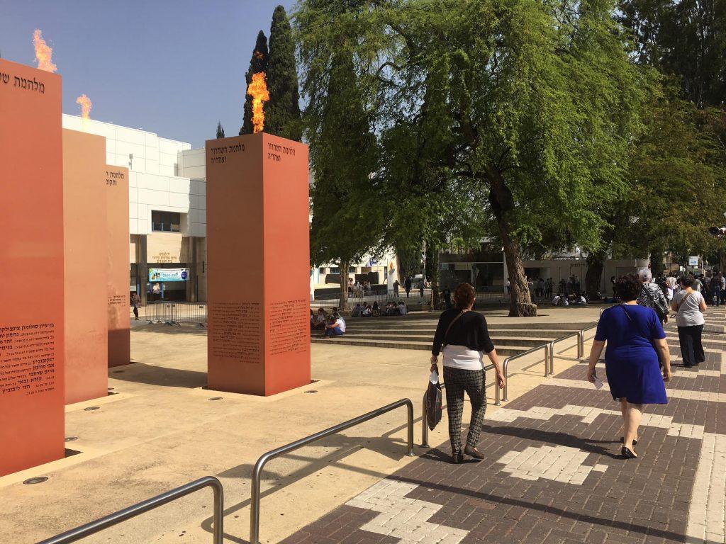 """חיי היומיום בסמיכות לאנדרטת הזיכרון לחללי צה""""ל ביום הזיכרון (צילום: גילי ענבר)"""
