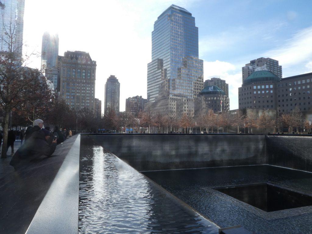 האנדרטה כוללת שתי בריכות הממוקמות בתוואי של מגדלי התאומים ונועדה לסמן את הפער שנפער בעם האמריקאי (צילום: המעבדה לעיצוב עירוני)