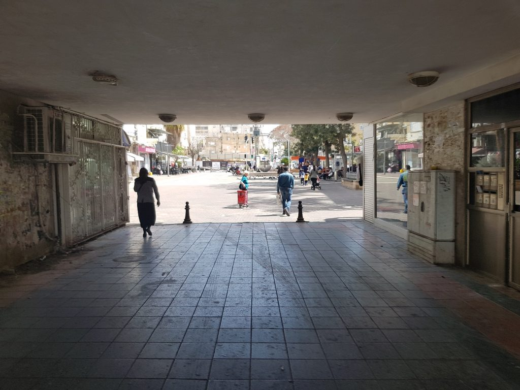 מבחינת יכולת השוטטות, החיבוריות לעיר ולרחובות הסמוכים טובה, הכיכר קריאה וקלה להתמצאות (צילום: ויקי וקס)