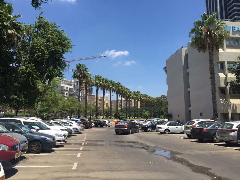 פארק שנבנה במנותק מהעיר מתבסס על שימוש ברכב פרטי (צילום: ליאת חיון)