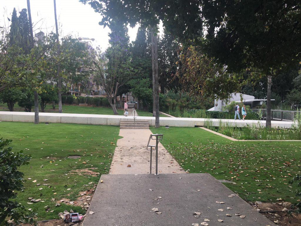 גן המייסדים, השביל הלבן מיועד להליכה והמדשאות אסורות לישיבה ומפוקחות על ידי שומר (צילום: גילי ענבר)