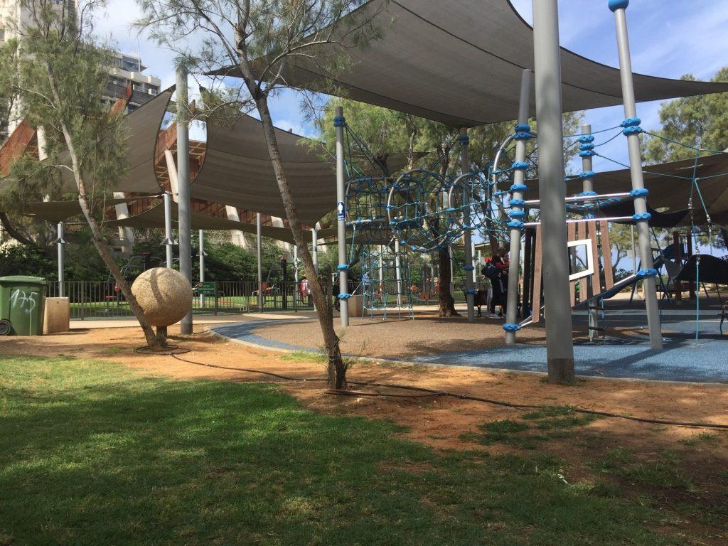 האזורים המלאוכתיים של הגן, מתקני משחקים וספורט (צילום: בת אל אונגר)