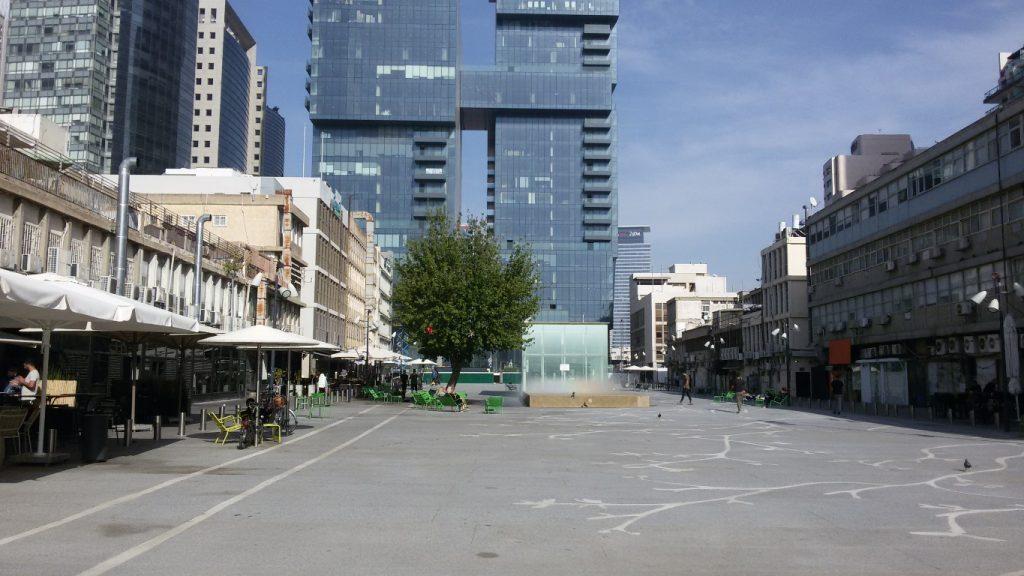 עיריית תל אביב אימצה מודל שלBID לפיתוח הכיכר. החלק שבקו הרחוב הוא רק מהכיכר, החניון שתחתיה הוא חלק מרכזי מהקיום של הכיכר (צילום: אורית מאיר)