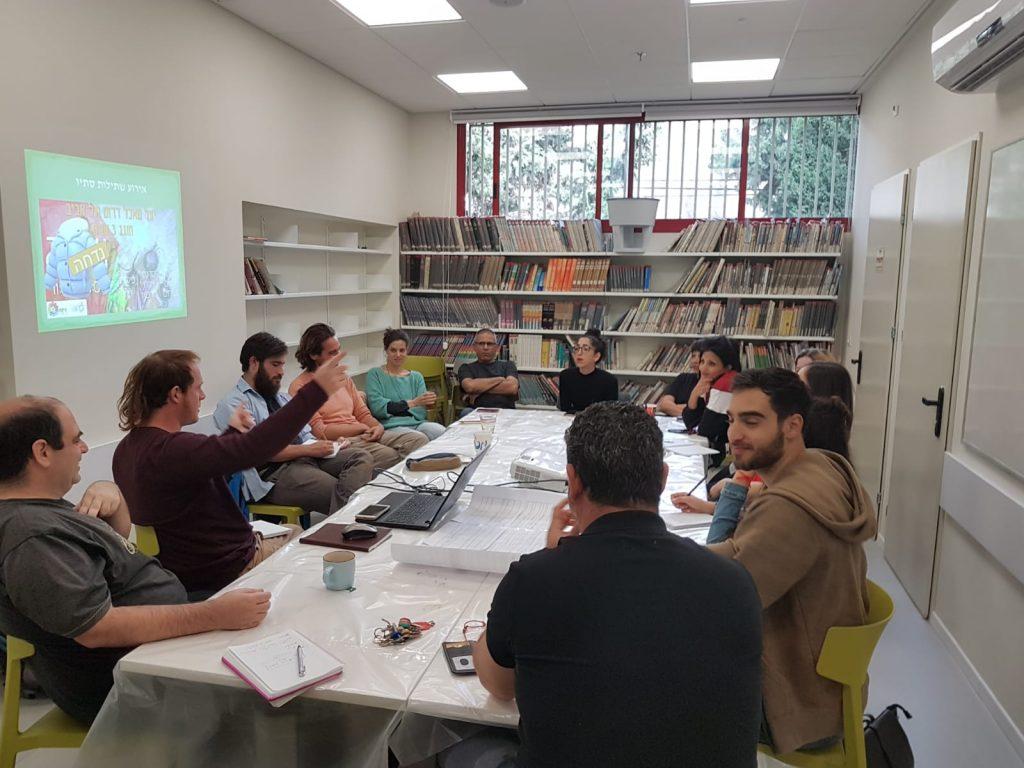 פגישה של 'פורום היער העירוני' שמתכנס אחת לרבעון, הכולל נציגי עירייה ופעילי היער, כדי לתאם את התכנון הקהילתי והתכנוני-פיזי של היער. (צילום: אנדי איז'ק)