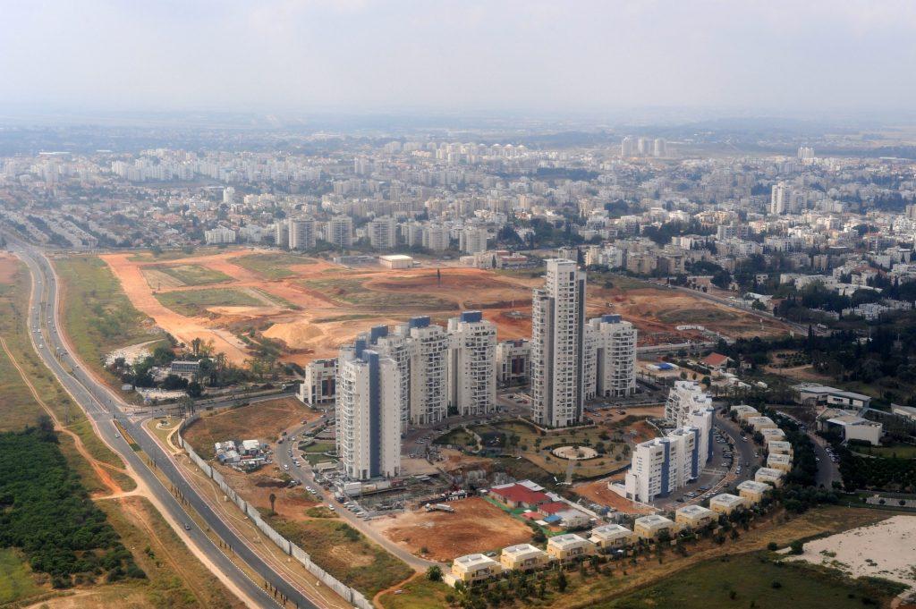 בנייה ״מגדלית״ נעשתה נפוצה בשנים האחרונות ומאופיינת במתחמים של בנייני מגורים, מודיעין. (צילום: מרק נימן, לעמ)
