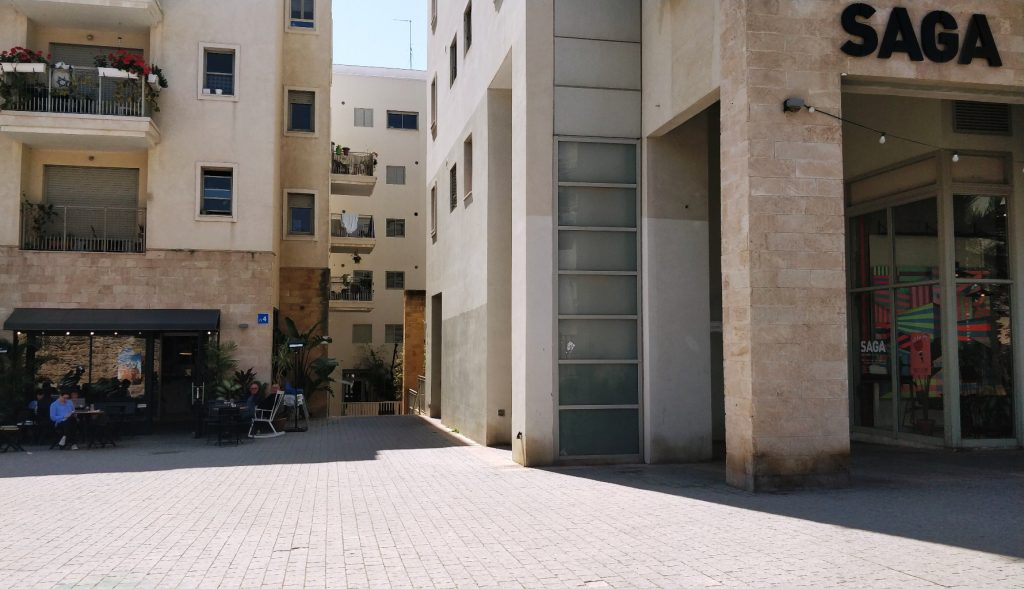 סביבות מגורים מגודרות חולקות שירותי פנאי משותפים ומרחבים ציבוריים מגודרים,כך למשל במתחום הרובע ביפו שנהנה מחצר פנימית רחבה המשמשת סביבה בטוחה וסגורה לילדים והוריהם (צילום: המעבדה לעיצוב עירוני)