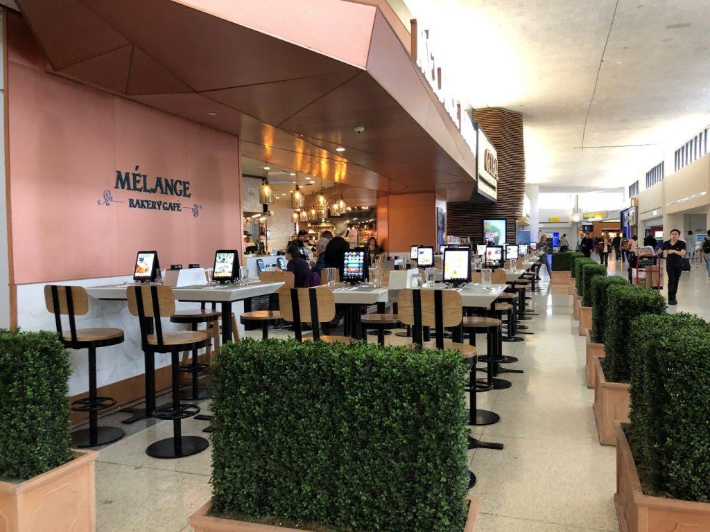 בנמל התעופה אין אפשרות לברוח מהמסך או לאכול ללא המבט במסך המרצד (צילום: טלי חתוקה)
