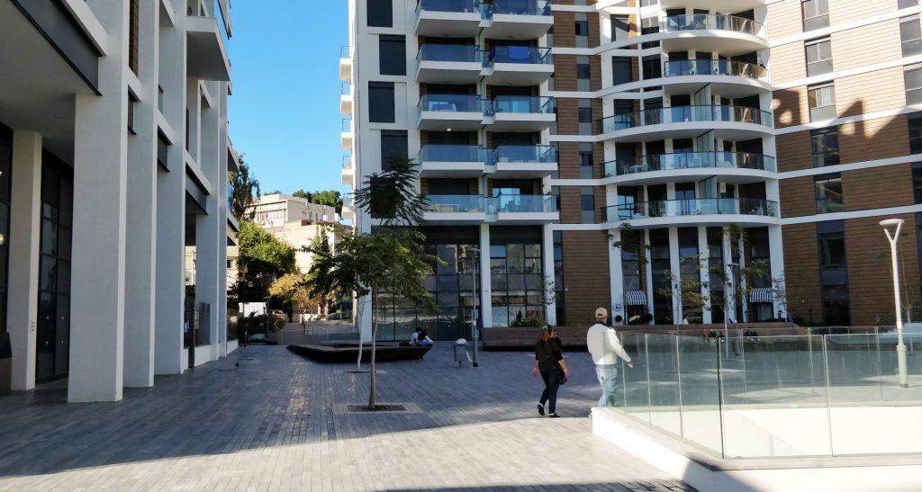 תל אביב הולכת ומתייקרת, יותר ויותר פרויקטים חדשים שקמים בעיר אינם אפשריים למגורים אפילו למעמד הביניים. מצב שדוחק אוכלוסיות מתרחבות מחוץ לעיר. פרויקט שוק בצלאלה חדש (צילום: המעבדה לעיצוב עירוני)