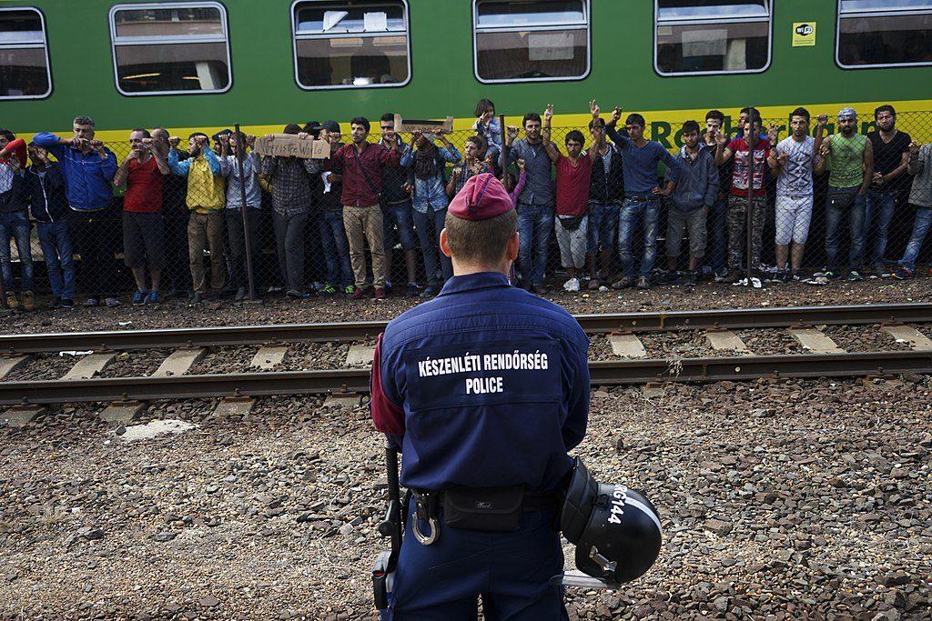 שביתה של פליטים סורים על הרציף בתחנת רכבת בבודפשט, 2015 (צילום: Mstyslav Chernov, Wikimedia)