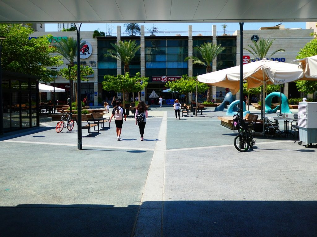 מרכז מרום נווה המתחבר לפארק שבמרכז מתחם המגדלים (צילום: המעבדה לעיצוב עירוני)