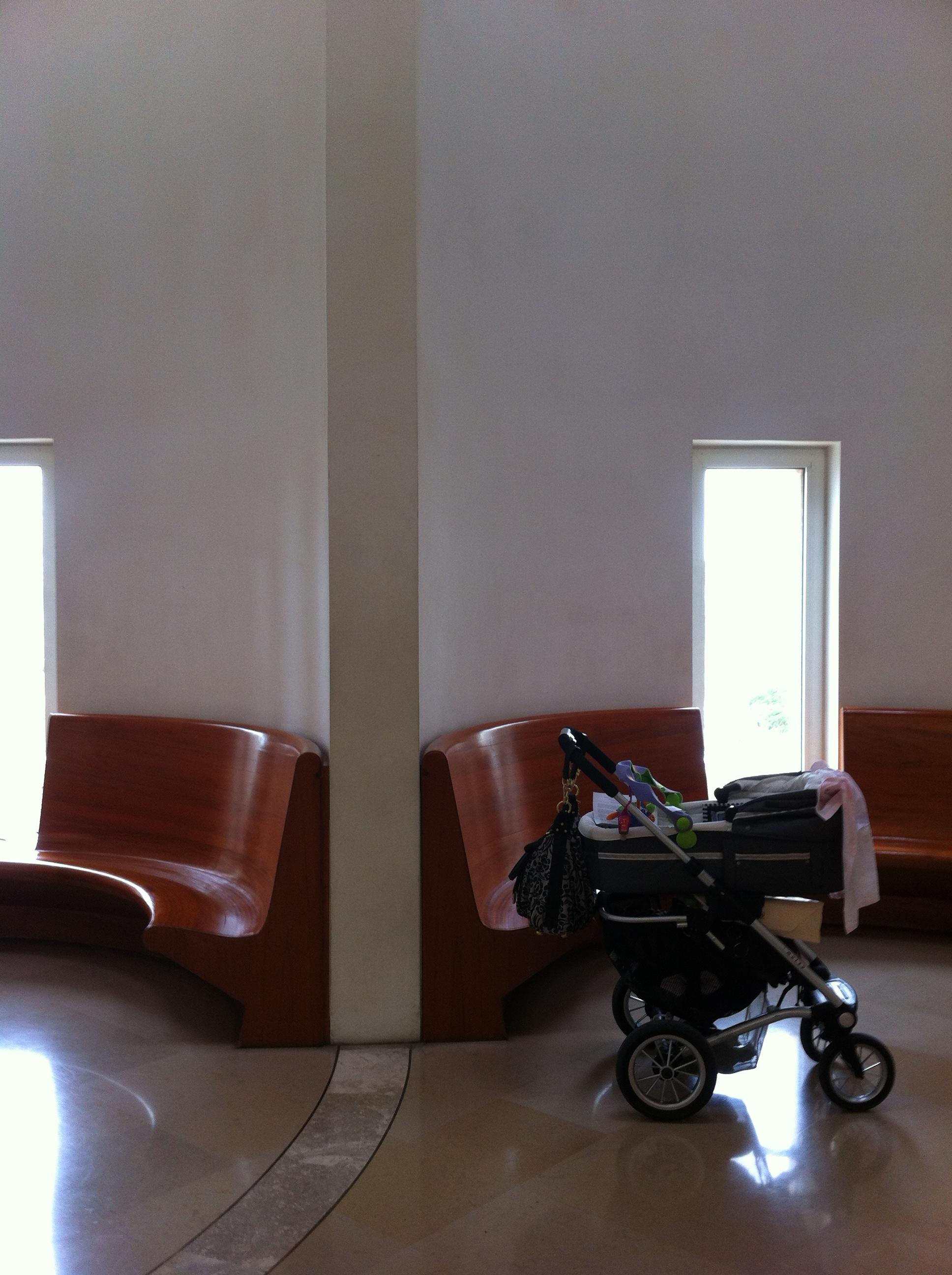 מקומות ישיבה במבואה, בית המשפט העליון בירושלים. צילום: כרמל חנני