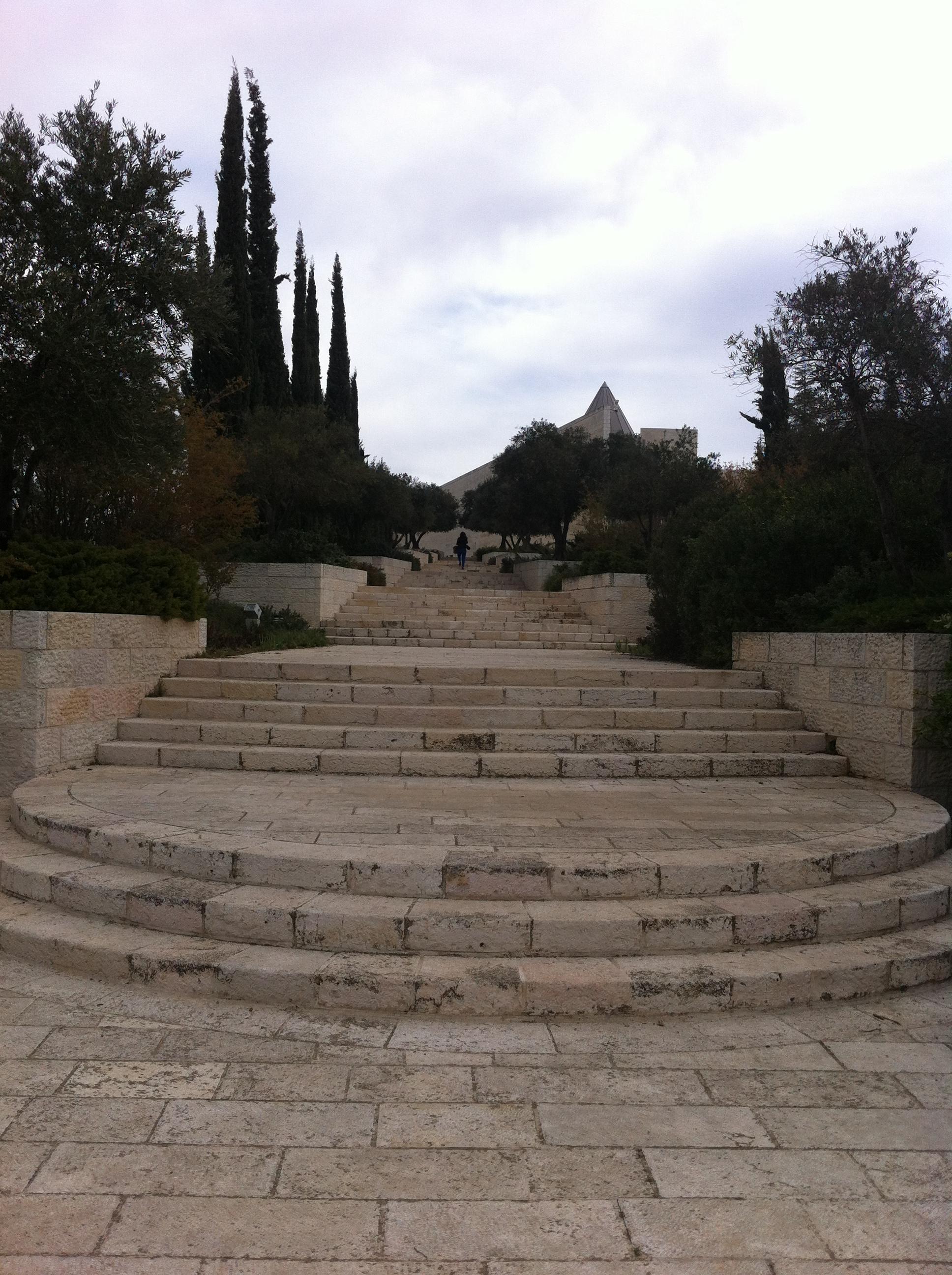 """יש לטפס על מנת """"להגיע"""" אל החוק. גרם מדרגות בכניסה לבית המשפט העליון בירושלים. צילום: כרמל חנני"""