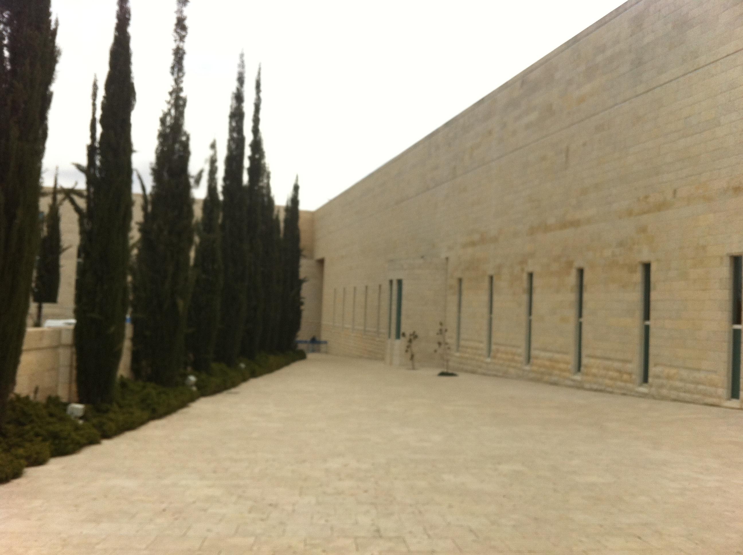 בדרך אל רחבת הכניסה, בית המשפט העליון בירושלים. צילום: כרמל חנני