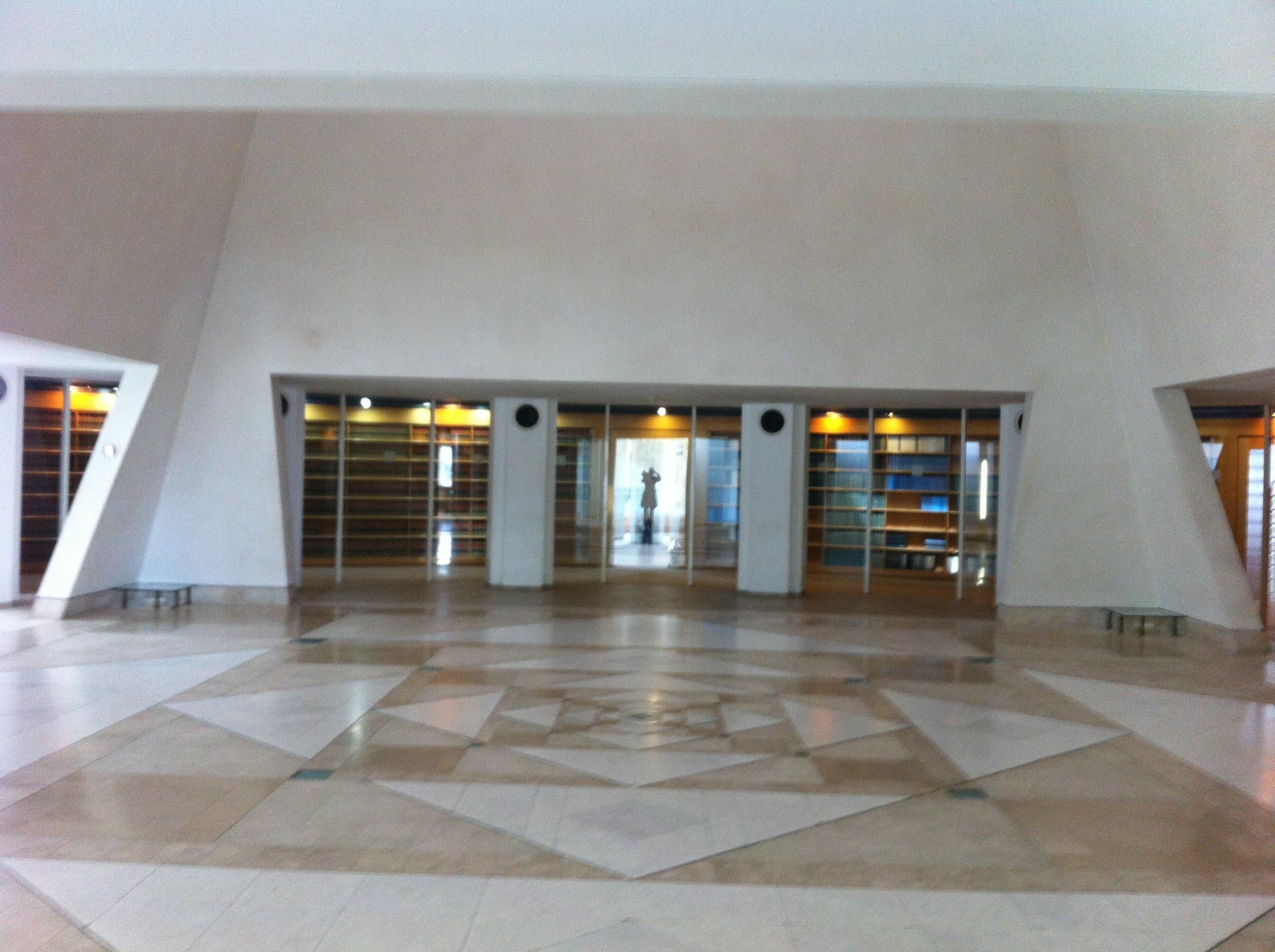 הספריה תחומה בקיר זכוכית המסמל פתיחות ונגישות אל החוק. בית המשפט העליון בירושלים. צילום: כרמל חנני