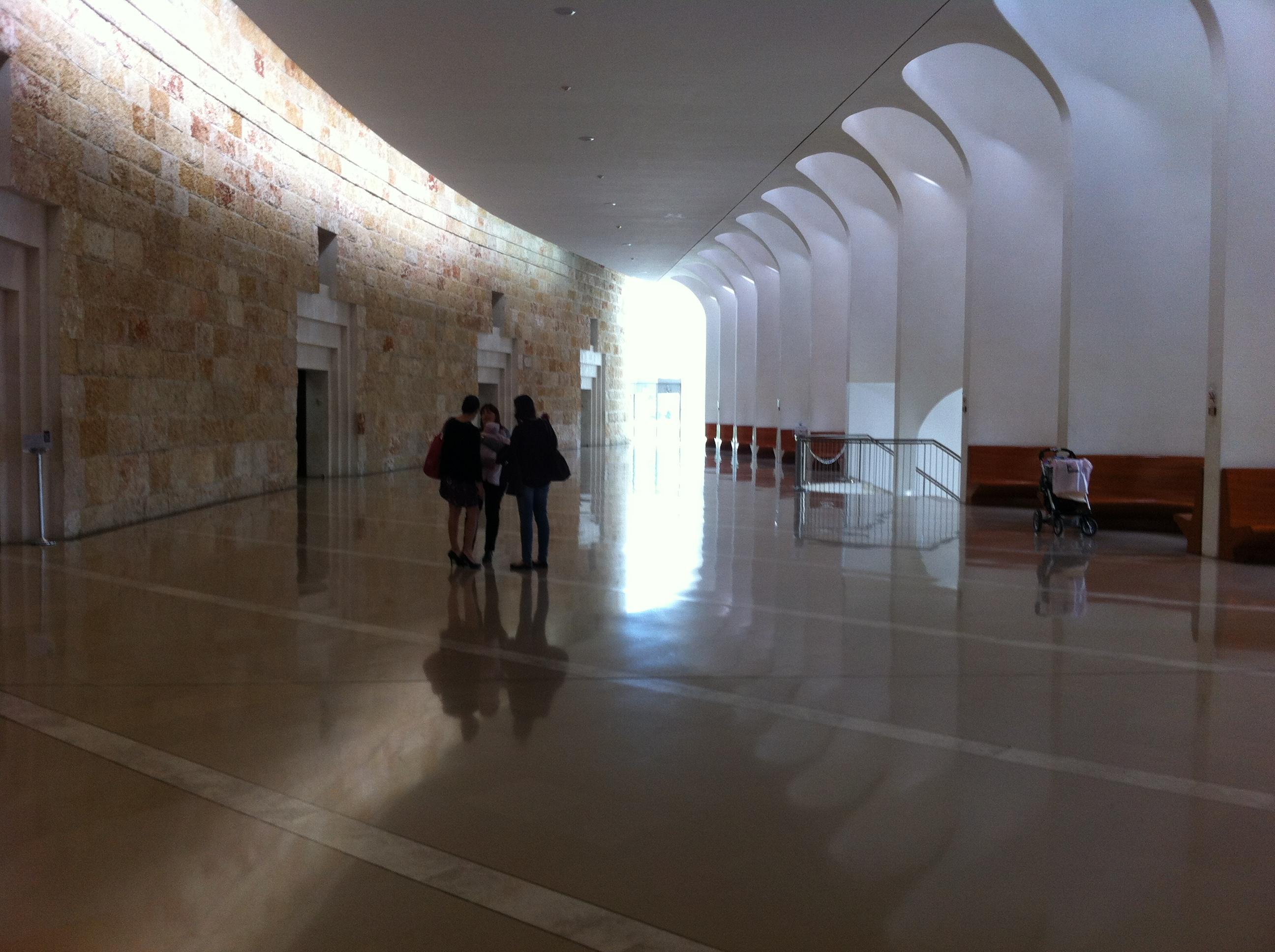שימוש באור טבעי להמחשת הגישה אל החוק, מבואת בית המשפט העליון בירושלים. צילום: כרמל חנני