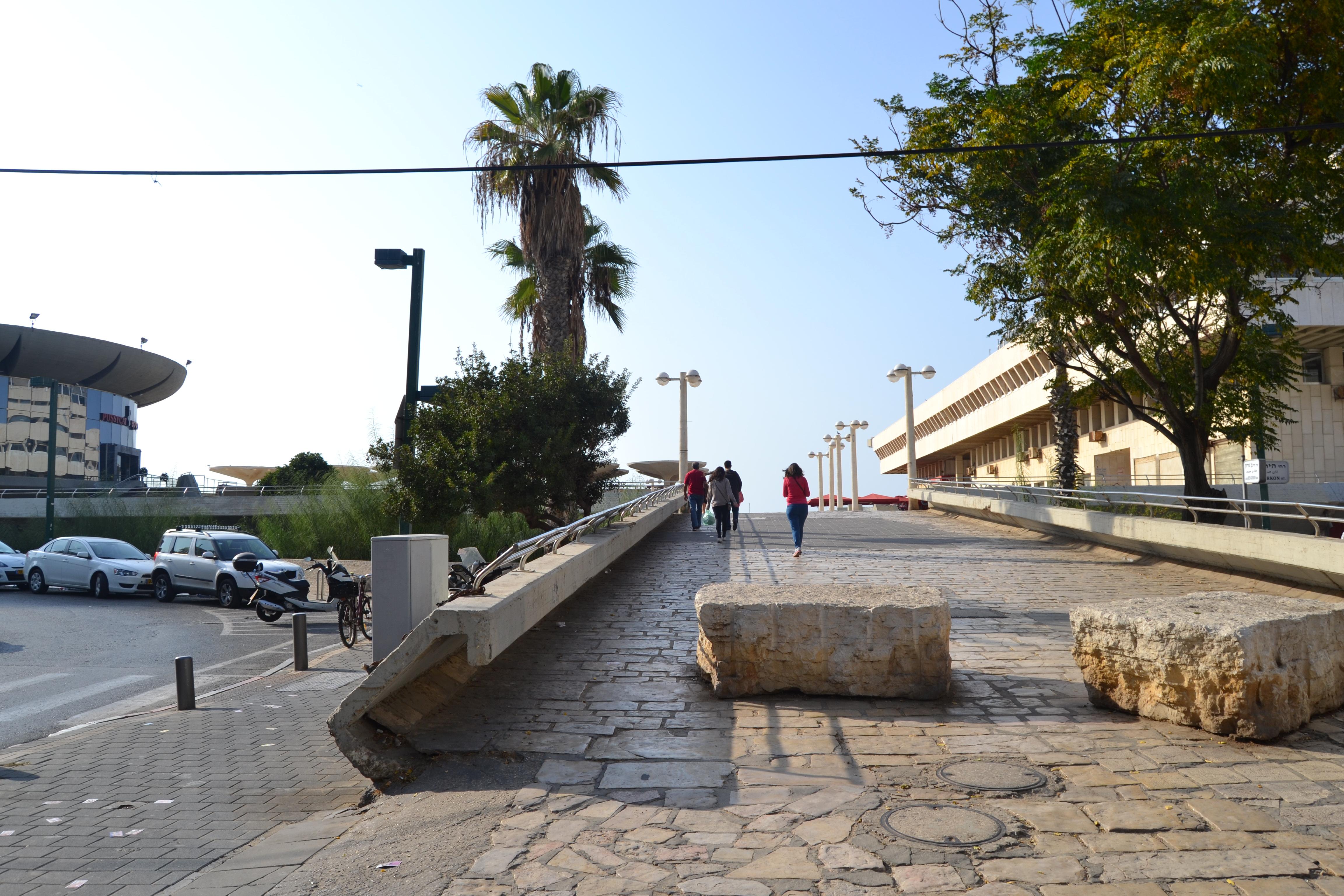 העלייה מהרחוב אל כיכר אתרים, תל אביב. צילום: שלי חפץ