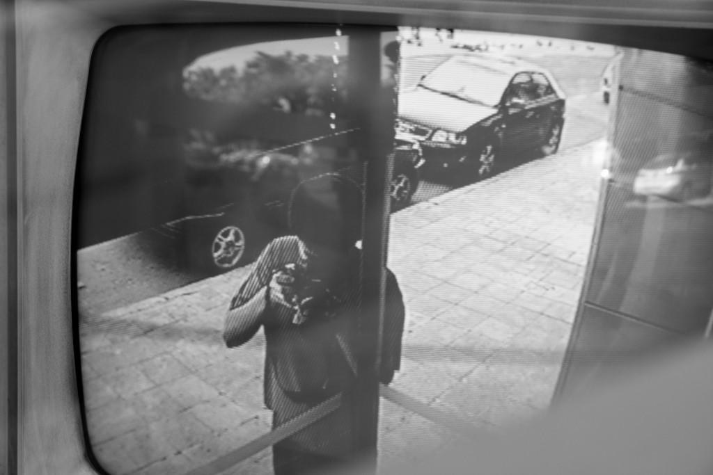 כולם מלקטים את המידע שהשארנו אחרינו. פורטרט עצמי במצלמת אבטחה ברחוב (מקור: Enrique Carnicero אתר flickr)