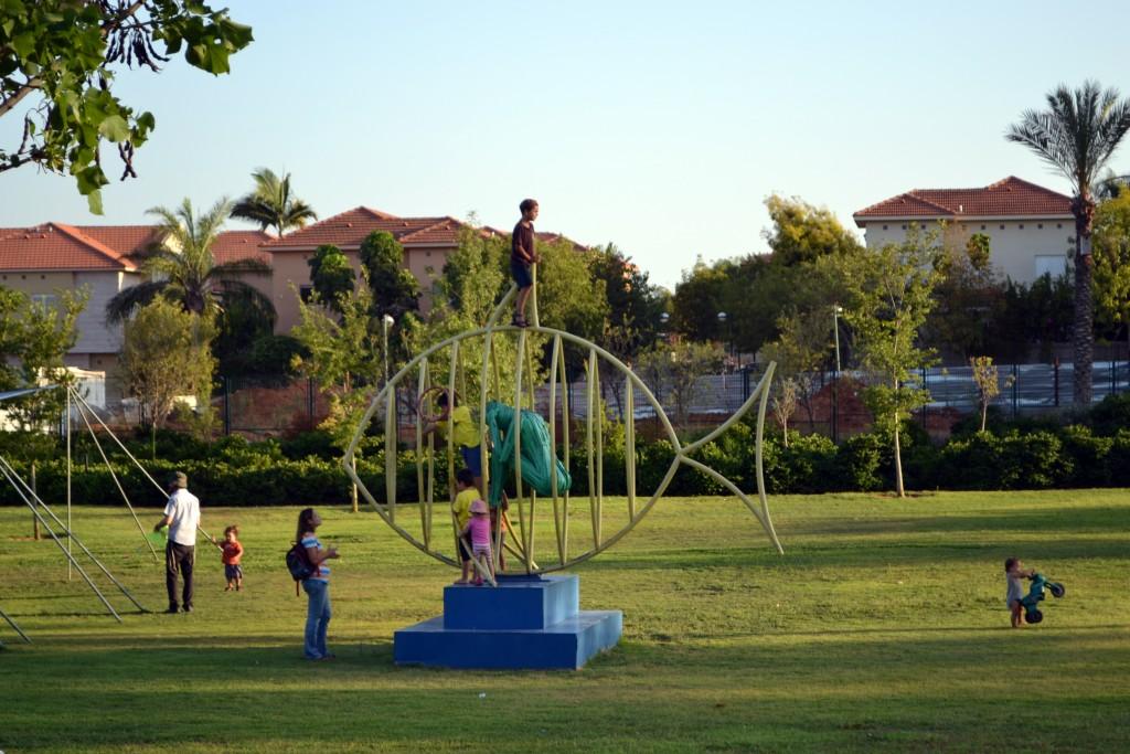 הפארק הוא המקום בו אתה פוגש את האחר. פארק כפר סבא. למצולמים אין קשר לנאמר בכתבה (צילום: המעבדה לעיצוב עירוני)