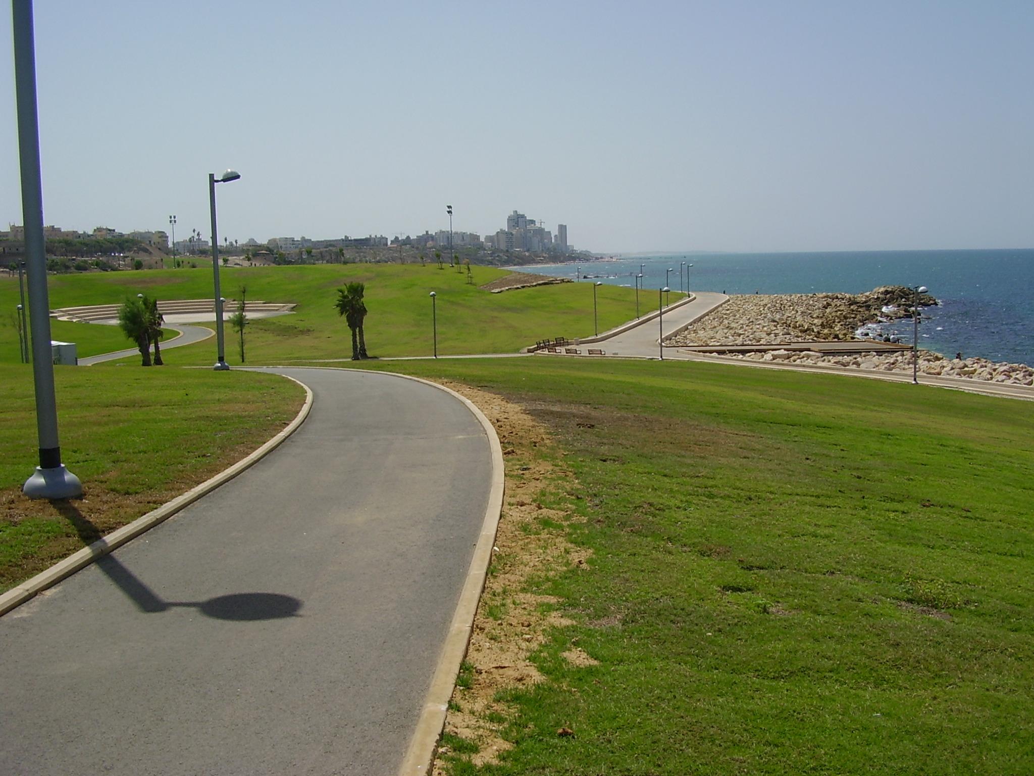 גם כאן בישראל, הדשא מתפרש עד האופק. פארק מדרון יפו (צילום: avishai teicher, ויקיפדיה)