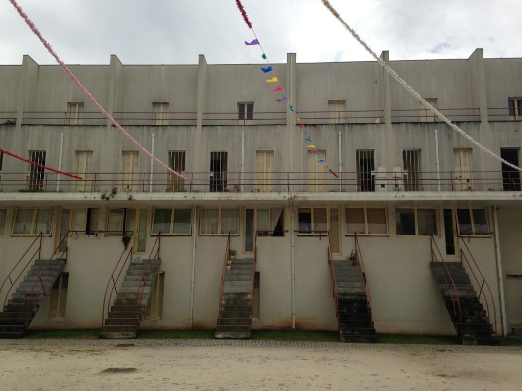 המבנים בני ארבע קומות כללו שני דופלקסים שתוכננו זה על גבי זה. פרויקט Bouça של אלוורו סיזה (צילום: יואב מאירי)