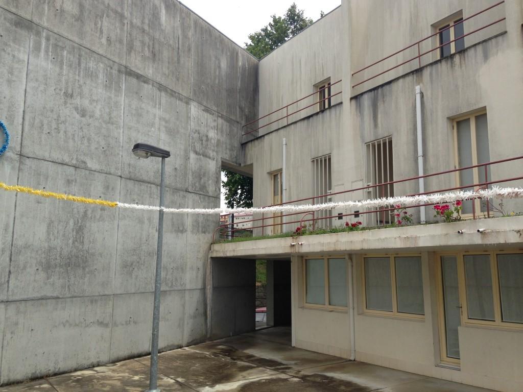 הבינוי כולל ארבע מבני מגורים בניצב לקיר. פרויקט Bouça של אלוורו סיזה (צילום: יואב מאירי)