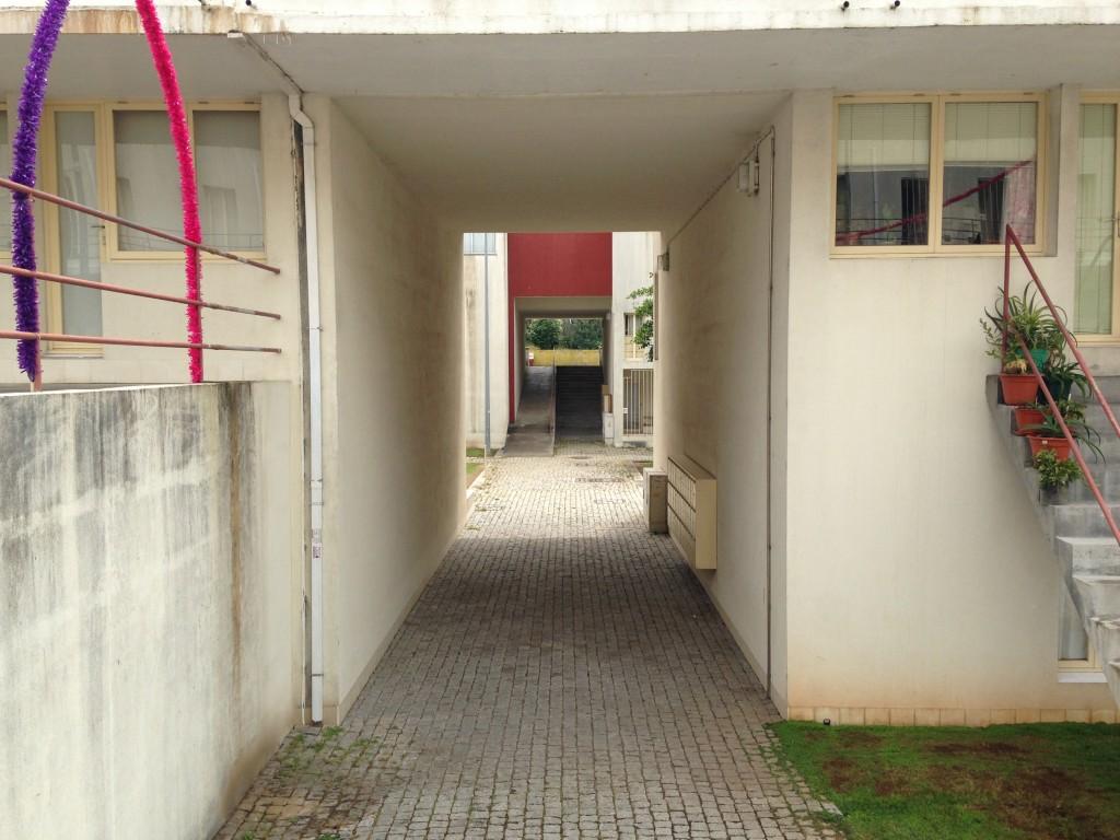 מעבר בין החצרות הפנימיות. פרויקט Bouça של אלוורו סיזה (צילום: יואב מאירי)