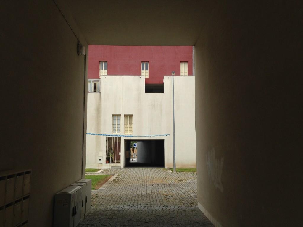 במרחב שנוצר יש משהו מנוכר מאוד. הוא חזרתי ונוקשה. מגורים או בית כלא? פרויקט Bouça של אלוורו סיזה (צילום: יואב מאירי)
