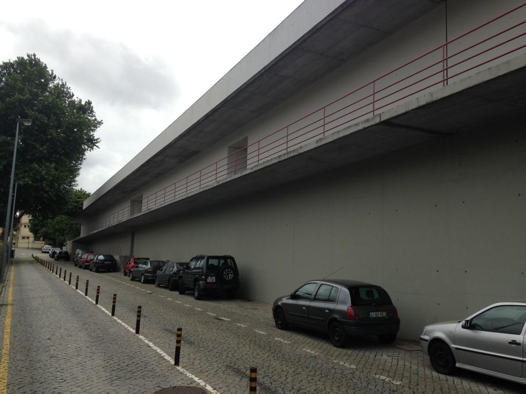 הקיר היה אמור לחסום את הרעש והזיהום מתחנת הרכבת העילית. פרויקט Bouça של אלוורו סיזה (צילום: יואב מאירי)