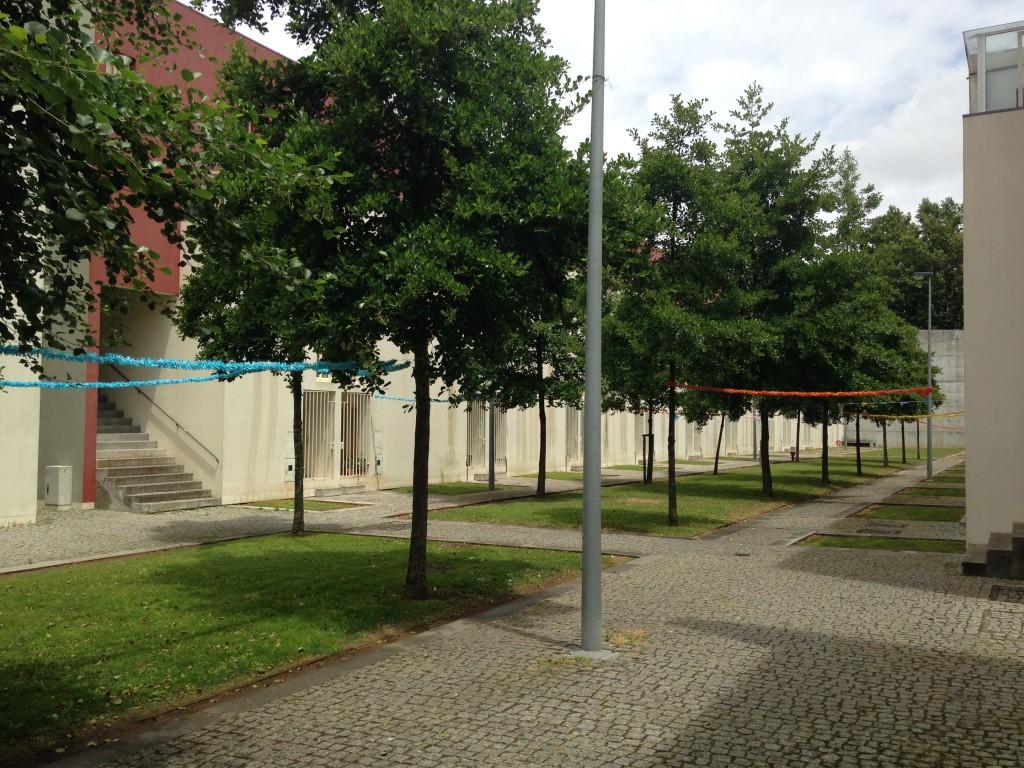 בין המבנים נוצרו חצרות צרות לשירות התושבים, פרויקט Bouça של אלוורו סיזה (צילום: יואב מאירי)