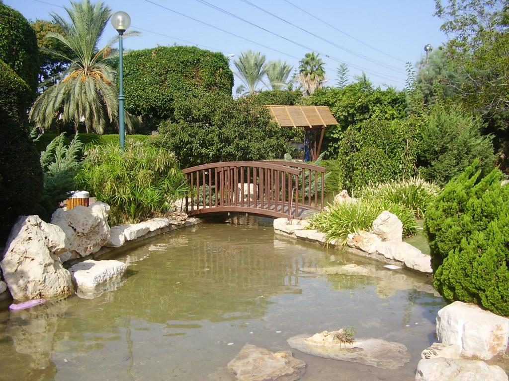הגן היפני בחולון, בתכנון כהנוביץ (צילום: דר אבישי טייכר. מתוך אתר פיקיוויקי)