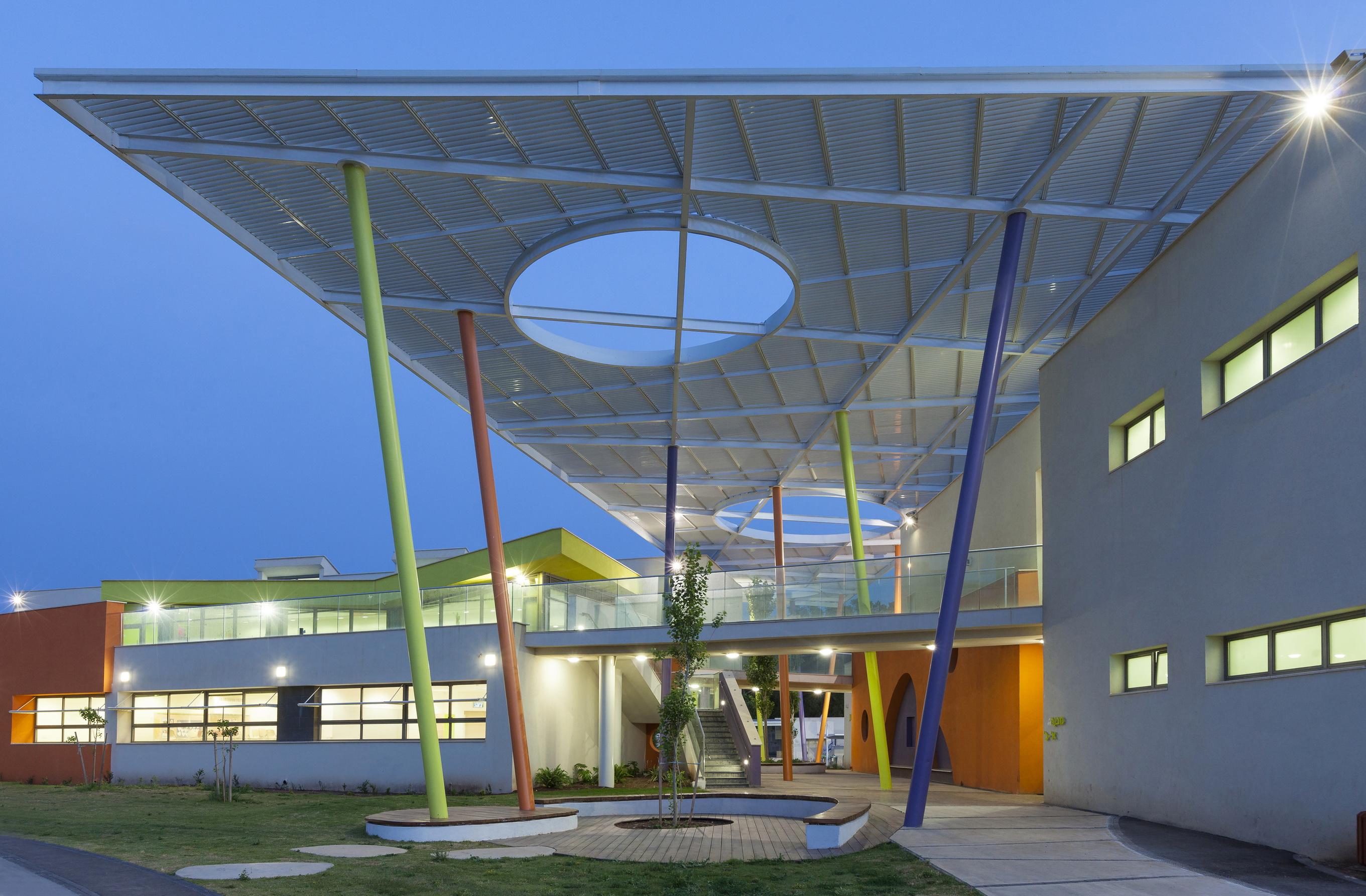 """בית הספר רקפות בקרית ביאליק. """"יישומים בפרקטיקה שמפחיתים בצורה דרמטית את צריכת האנרגיה של המבנה"""" (צילום: קנפו קלימור אדריכלים)"""