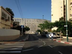 מראה מהשכונה. מבנה המשרדים של בר אוריין בקיבוץ גלויות, תל אביב (צילום: המעבדה לעיצוב עירוני)