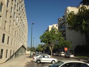 מבנה המשרדים של בר אוריין מרפסת מול קיר אטום. בקיבוץ גלויות, תל אביב (צילום: המעבדה לעיצוב עירוני)
