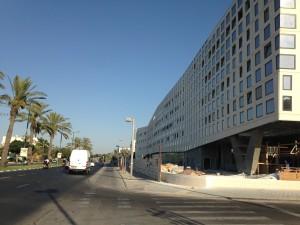 מיועד למבט של הנהג בכביש המהיר. מבנה המשרדים של בר אוריין בקיבוץ גלויות, תל אביב (צילום: המעבדה לעיצוב עירוני)