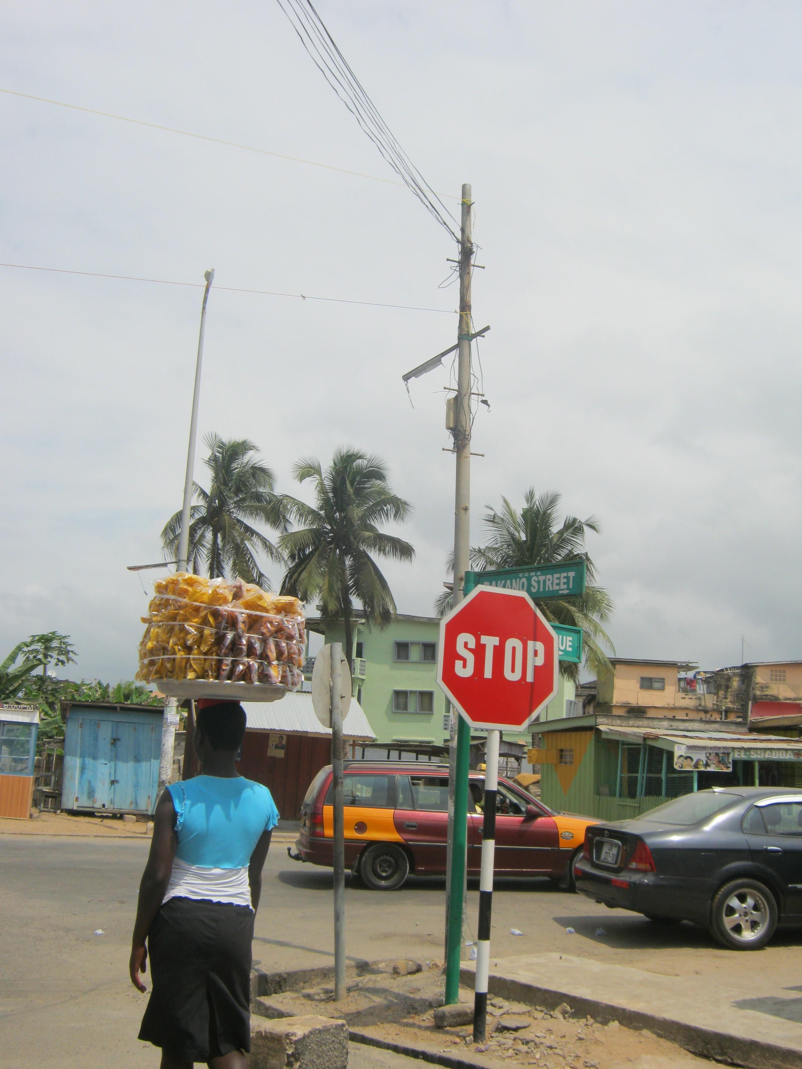 תנועה ומסחר במרחב העירוני של גאנה (צילום: מורן פרארו)
